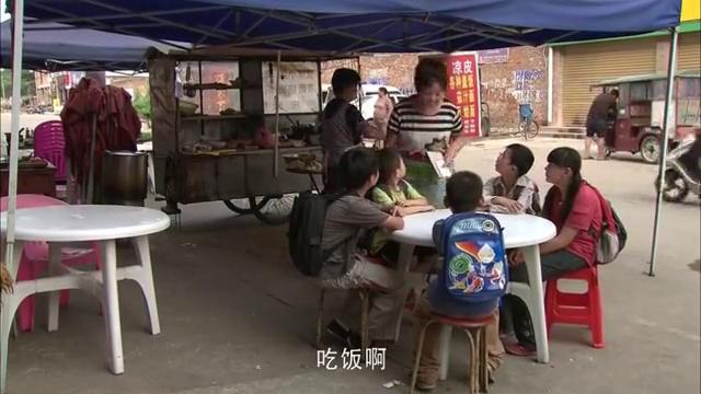 农村孩子去城里吃面,结账时老板报价格,孩子一招让老板认赔!