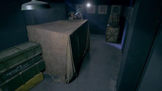 突击队不小心拿了机关,打开一道暗门,里面居然全是剧毒化学武器