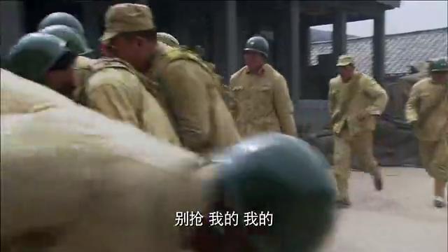 国军士兵饿到发疯,小伙把团长皮带给煮了,士兵们争先恐后去抢