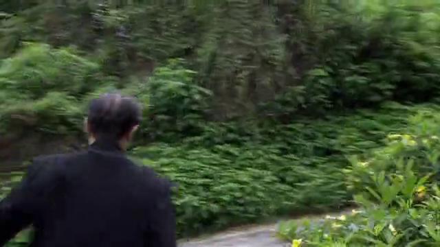 边防警察劝偷渡头目投降,不料他怒:我就应该把你冻死!