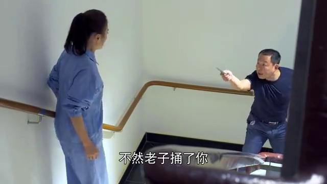 办公室遭贼美女被绑架,小伙意外被捅伤,却一直看着心机女