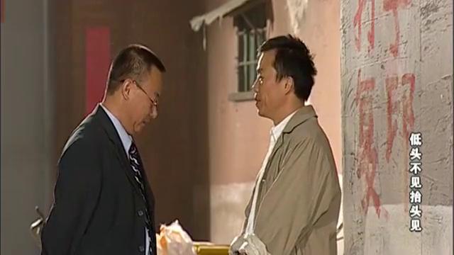 老姚找到复印小贩,让对方帮他复印名片