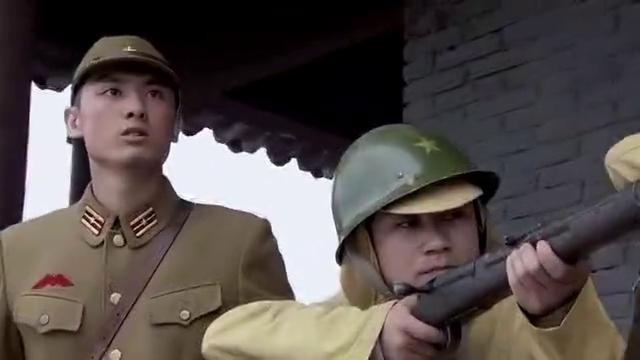 八路军与小鬼子浴血奋战,汉奸鼓动伪军中国人不打中国人,感动