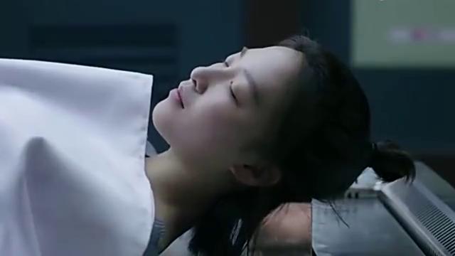 女子演死尸时睡着,岂料男子去房间找东西,接下来的场景太逗啦