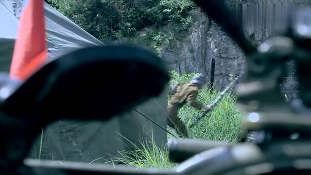 小哥摸到敌军指挥部,怎料演习用上真子弹,这下闯大祸了!