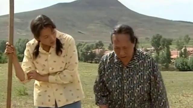农村女眼红旁边地长的好,直接把人水渠堵了,女儿都看不惯了!