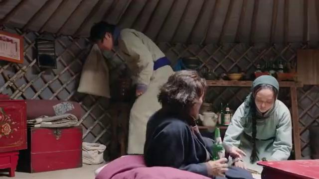 《国家孩子》朝鲁在家没找到民兵的报名表 就拐弯抹角问哈图