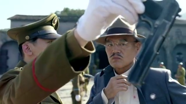 老乌来到监狱长的办公室,询问监狱长为何要关押何辅堂