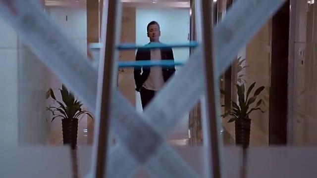 一男子进入封锁办公区域,拿出的秘密让人惊讶