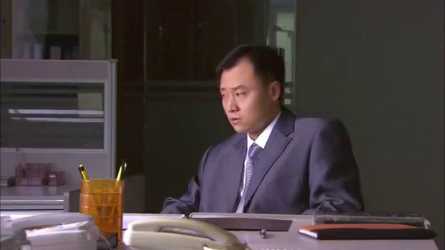 经理又一次强调回扣事件,如果发现就会被开除,邓超却在画画