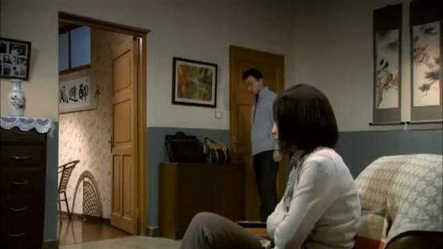 妻子随丈夫进屋,怎料丈夫直接把门反锁,下一秒就对妻子痛下杀手
