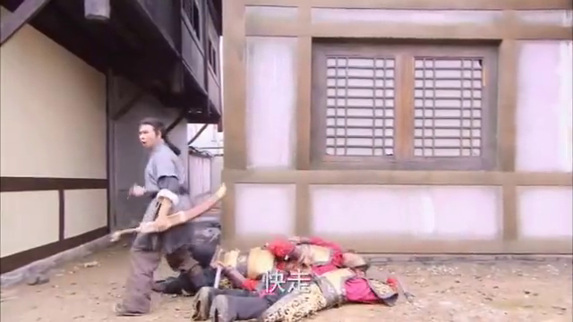 姑娘受伤还被官兵追杀,眼看官兵就要追到,一伙大汉救下她