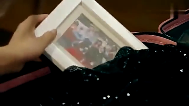 美嘉离开爱情公寓,看到箱子里的照片泪流满面:别哭我们的小貂蝉