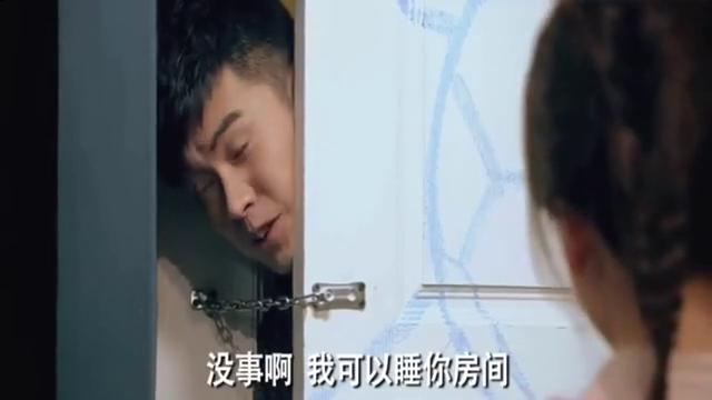 爱情公寓:曾小贤推进门内压到胡一菲,看到后大家都哇哦!