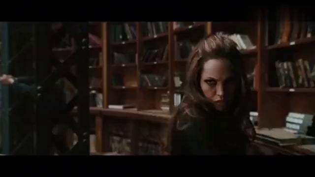女子使用出传说中的枪斗术,打出圆弧形子弹,最终杀死自己!