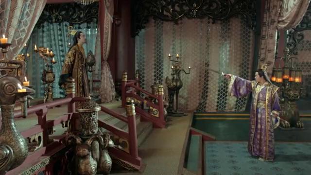 为了抢夺皇位,男子吃下神秘药丸,瞬间变成穿着战甲的骷髅