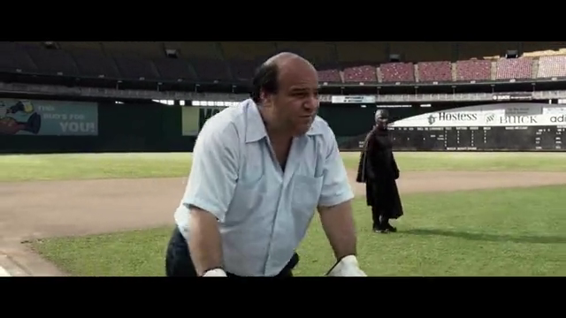 万磁王从天而降,他举起双手,标准的足球场马上变成了废墟