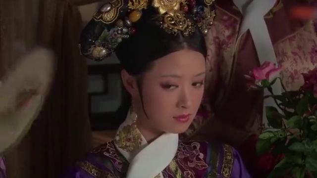 从皇后宫里出来,甄嬛提起余氏鬼魂作乱,华妃和丽嫔心虚