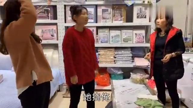 英慧变身托尼老师给君姐剪刘海,英华一旁当助理,俩姐妹又掐架啦