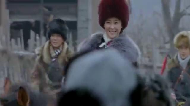 雪地娘子军:王凤改怕着了凯楠的道,把她绑起来带到奶奶面前