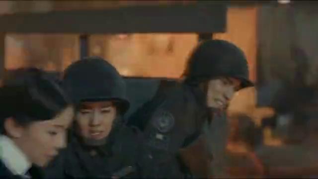 《烈火军校》谢良辰和玉姐等人一起进攻,这个人中枪了