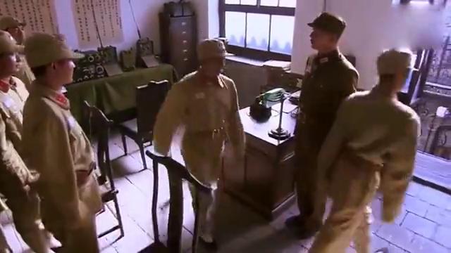 铁梨花:赵元庚带她去了机要科,李淡云指着谍报机说就是这个