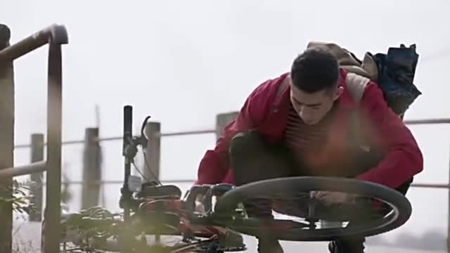小武自行车掉链子,正努力修呢,一回头见到靓妹!