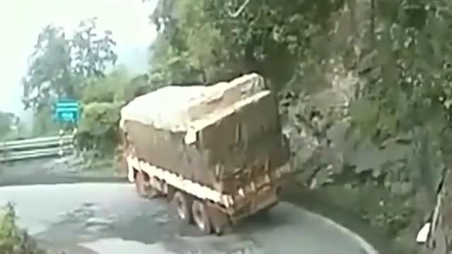大货车作死停在弯道睡觉,忽然感觉不对劲,老板气得直跺脚