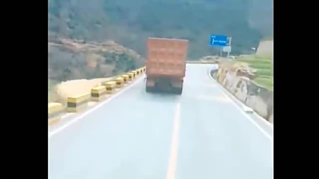 大货车司机好嗨哦,公路上扭起秧歌,考虑过后车的感受吗