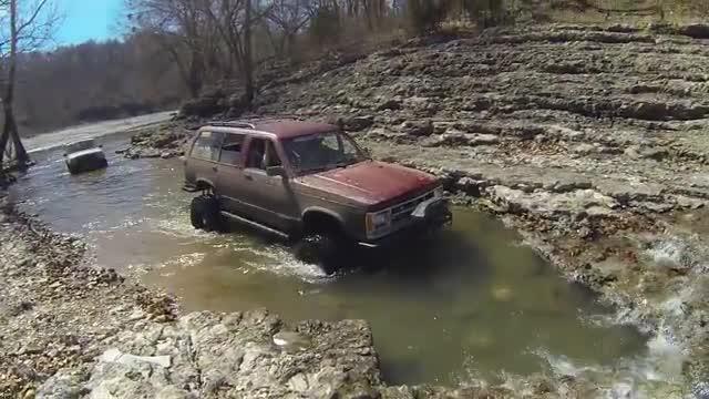 多辆越野过川藏线常见的水池,一脚油门下去,国产哈弗都服它