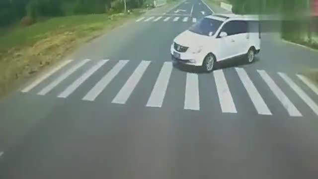 摩托车女子高速上疯狂逆行,不知道交警看到啥心情