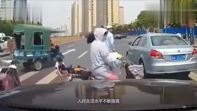 女子以为轿车司机会让她,接下来,心疼那个孩子!
