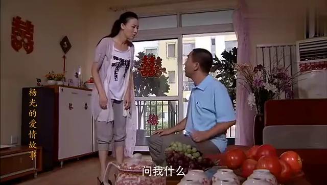 杨光发现自己老婆跟别人的结婚照,拉着老婆去看,结局亮了