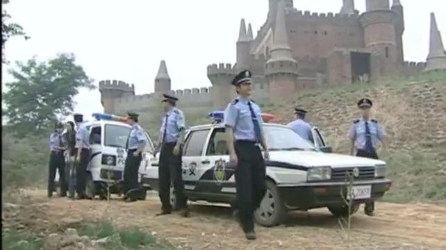 女白领最终被警方抓获,被押着去指认犯罪现场,想后悔也晚了!