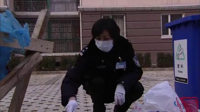案发现场:垃圾堆里找线索,刑警也不容易,一切只为破案!