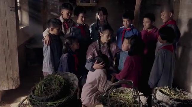 孩子们为了给三妹采草药,连课都不上了,三妹知道后很受感动