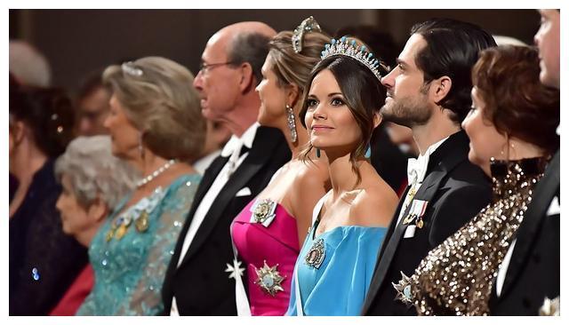 瑞典王室齐聚诺贝尔奖颁奖晚宴!王妃蓝裙惊艳,稳赢女王储黑白配