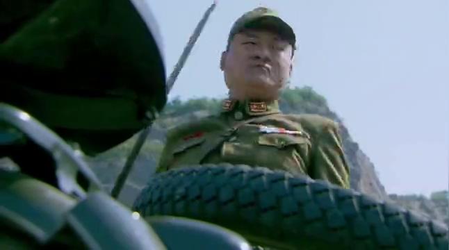 八路战士扛着机枪,对鬼子军一顿扫射,气势磅礴全歼鬼子