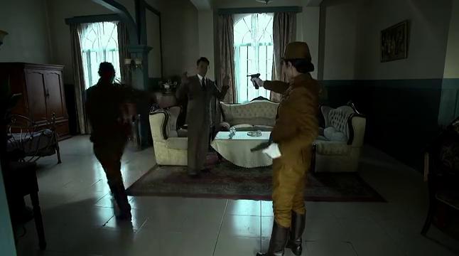汉奸为救日本长官,竟帮她挡了子弹,凶杀迅速逃离现场