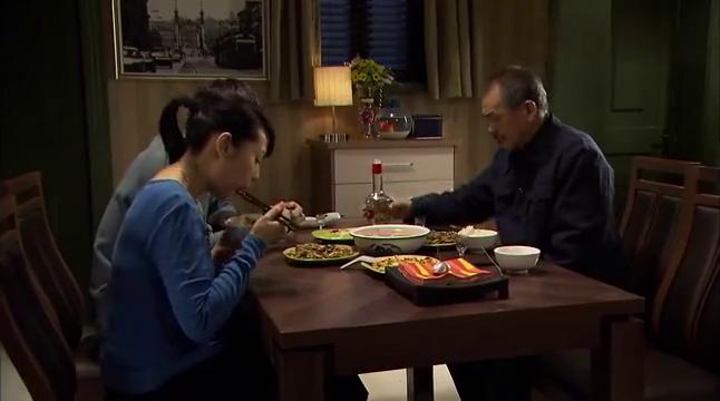 丈夫吃饭给媳妇摆臭脸,公公上去就给儿子一巴掌,儿媳懵了