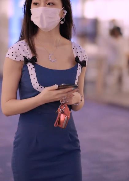 美女街拍:口罩下的气质美女,身穿蓝色包臀裙,宛若一尾深海美人