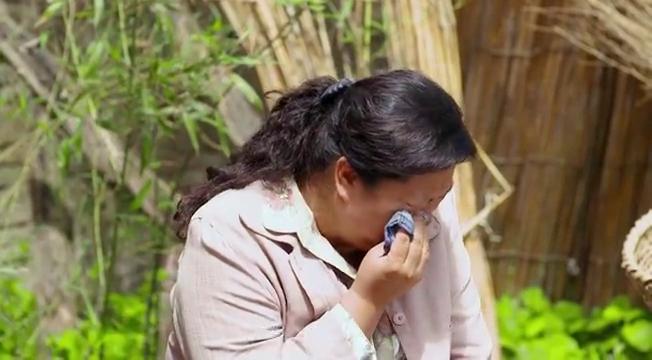 俺娘田小草:表姐坐店门口哭泣,表弟一边安慰她,一边还找她借钱