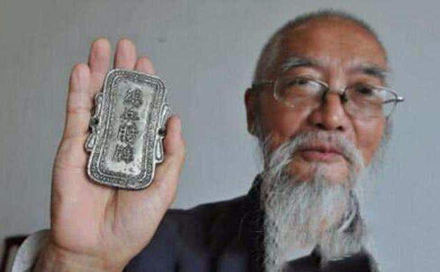 72岁老人自称为清朝总兵后人,拿出祖传腰牌后,专家:我给你保管