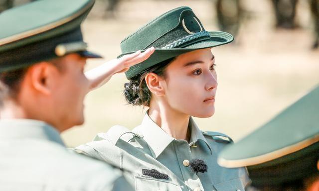 作为军嫂的张馨予,军装造型也同样英姿飒爽,穿军装的女孩最美!