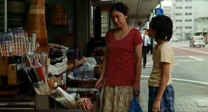 小偷家族:阿姨和男孩逛街谈心,一起喝饮料