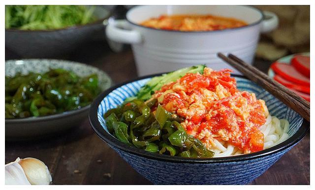 天热我家常吃的面条,酸辣开胃,三下两下就出锅,实惠好吃还健康