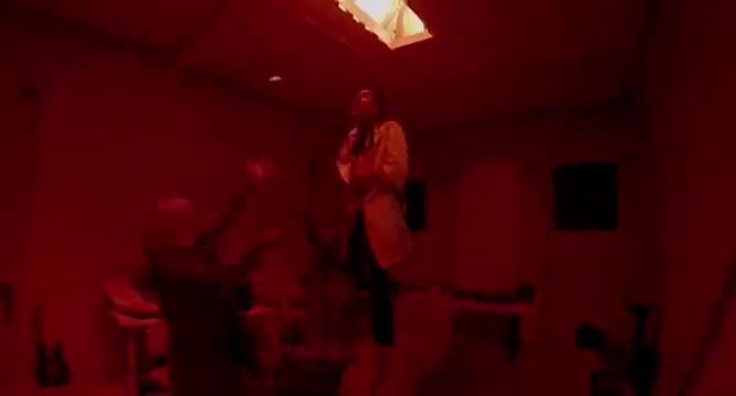 一群人在红房子,可白发男做出诡异事,吓得美女赶紧在地道爬行