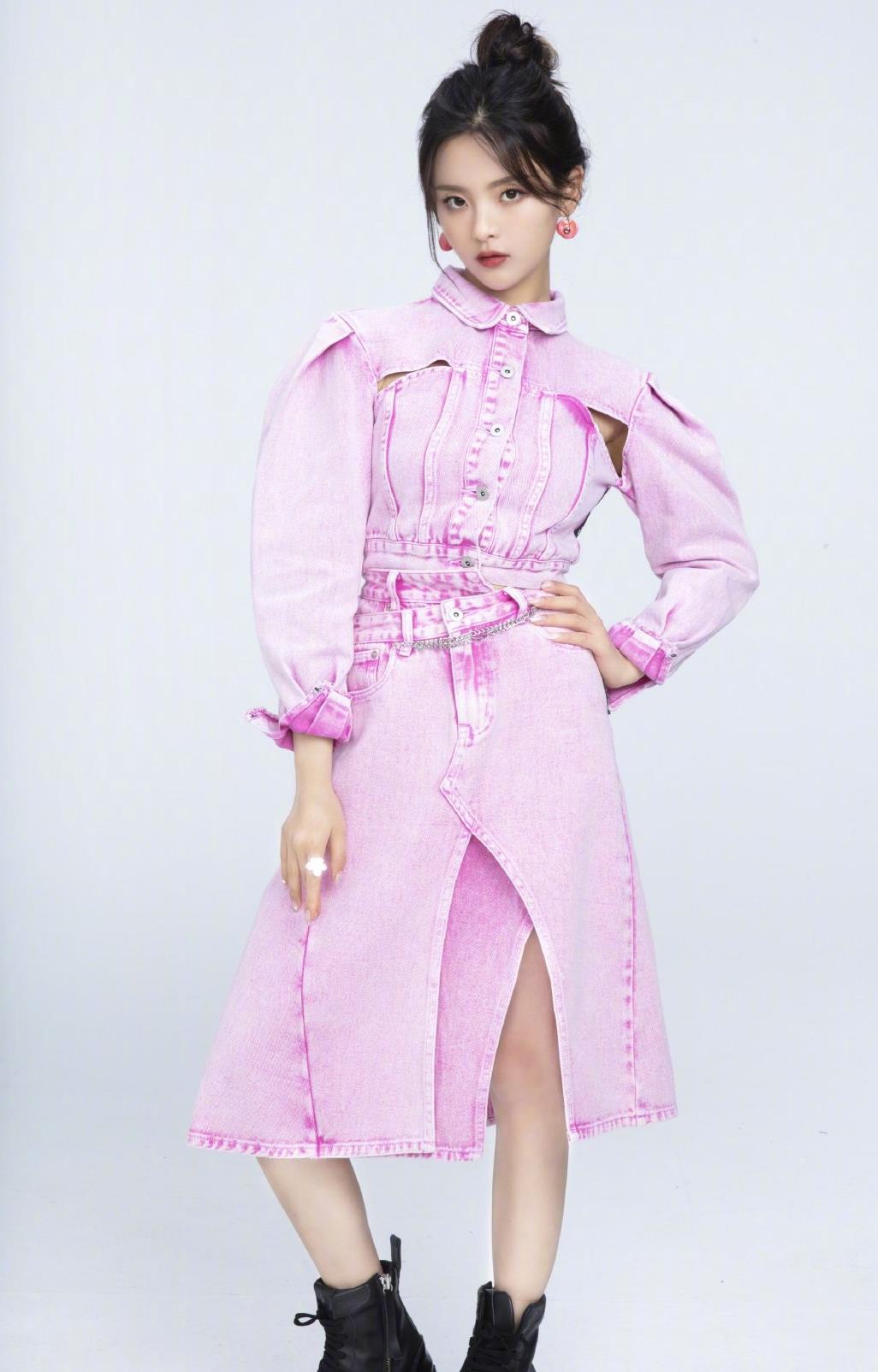 21岁杨超越古灵精怪,一身紫色牛仔裙现直播间,甜酷女孩飒美风