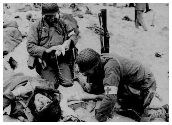 二战奇闻,一颗子弹击中男子睾丸又打中女护士子宫,然后就怀孕了