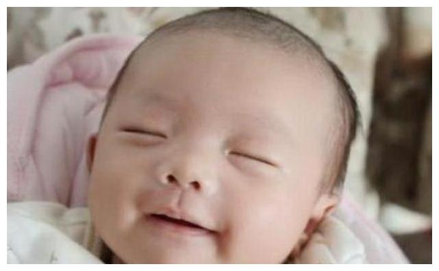 宝宝刚生下来就对着妈妈笑,护士反手就是一巴掌,宝妈赶紧道谢